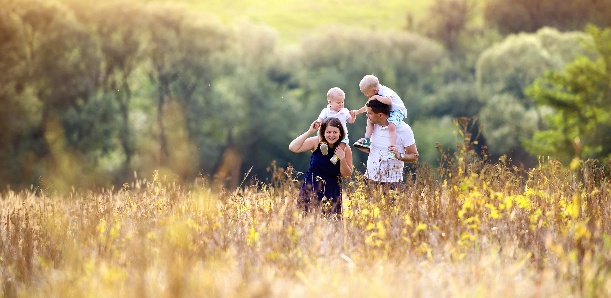 Familia disfrutando en una plantación de Teff